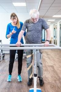 Spasticitet i højre ben, dæmpes ved vægtbæring